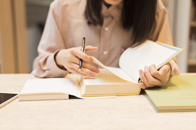 介護福祉士の試験勉強をする女性