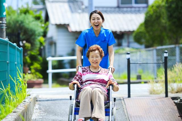 介護福祉士として生き生き働く40代50代の女性