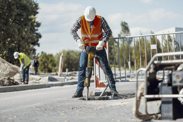 道路工事をする人