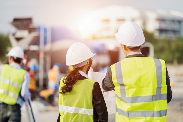 建築現場で働く人々