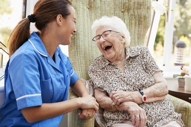 介護職員と笑顔の高齢者
