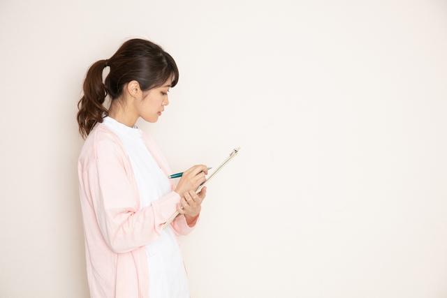 介護業界の資格に悩む40代女性 イメージ