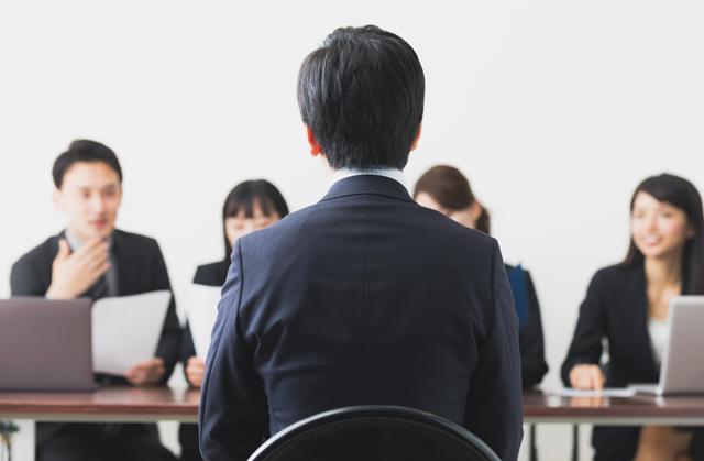 30代転職活動で面接を受ける男性