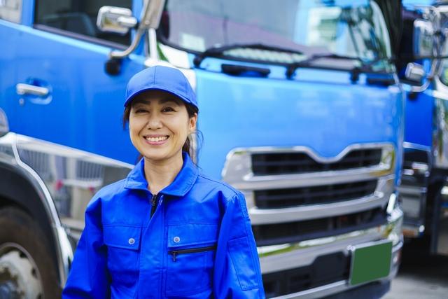 大型トラックの女性ドライバー