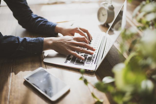 パソコンで転職サイトを見る人の手