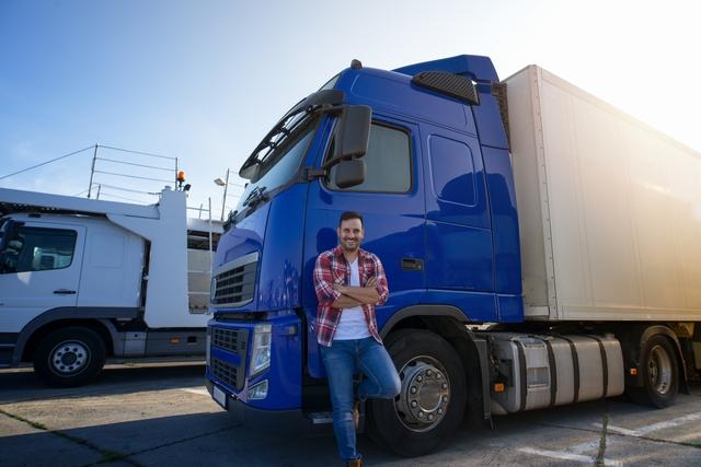 大型トラックの男性ドライバー