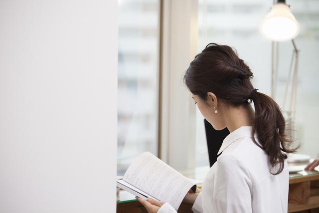 就職成功のため資格の勉強をする30代女性
