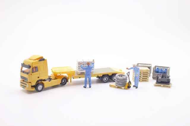 トラック荷物積み下ろしの作業風景