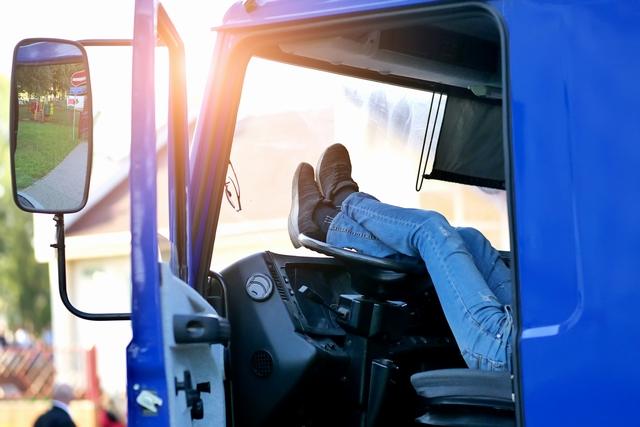 休憩を取る大型ドライバー