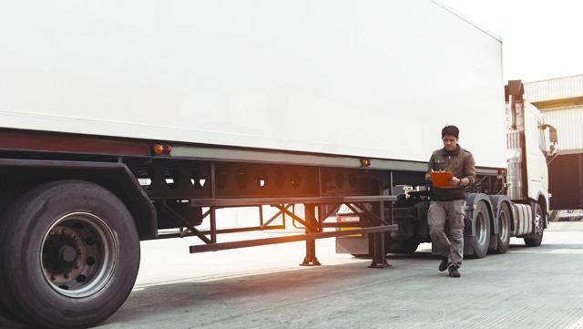 大型トラックドライバーで働く男性