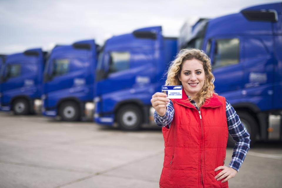大型トラックの免許を持つ女性