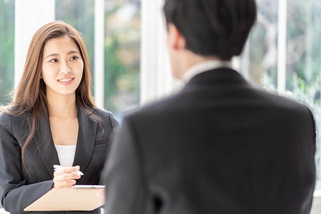 転職エージェントを利用する30代女性