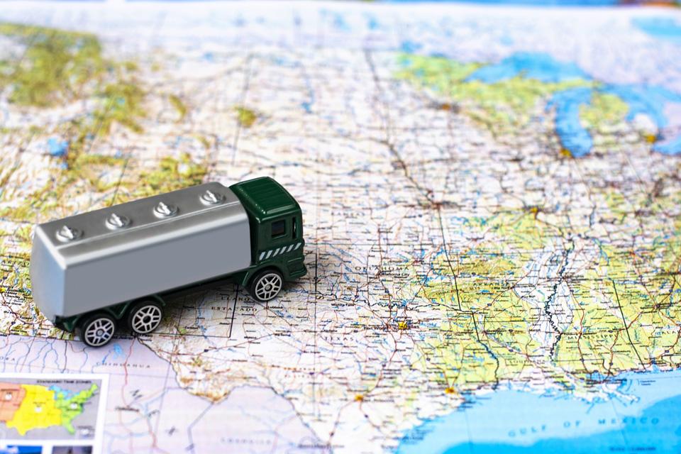大型トラックと地図
