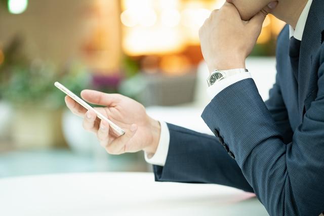 転職サイトを検索する30代男性