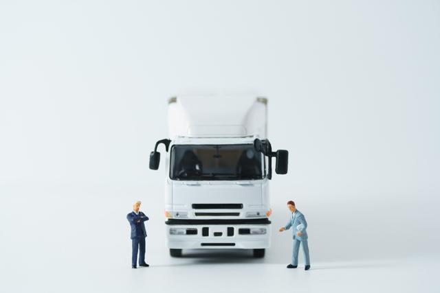 大型トラックの前に立つ人
