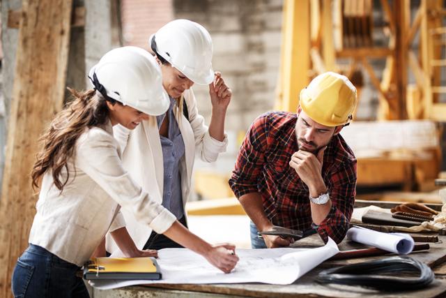 施工管理として働く女性の現場風景