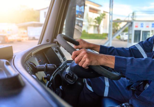 大型トラックを運転するドライバー