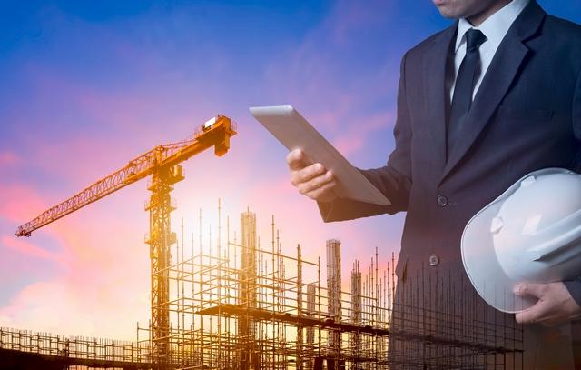 施工管理の求人を探す男性