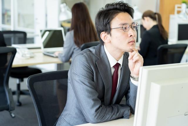 未経験での施工管理転職を検討する男性
