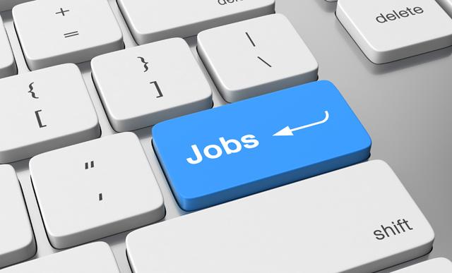 システムエンジニアの求人を検索するパソコン