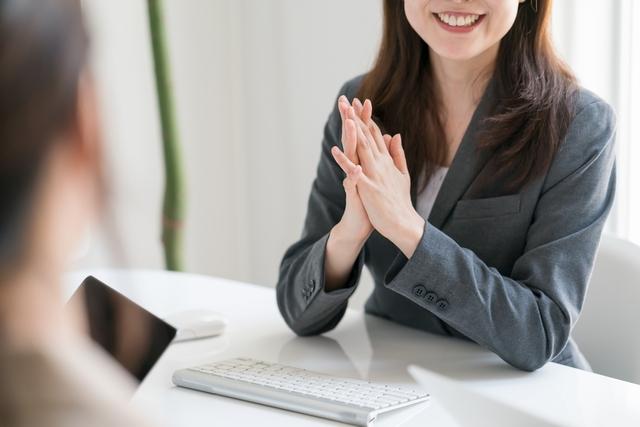 Dodaと他の転職サイト 比較検討する女性