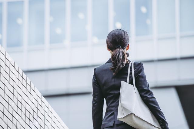 転職サイトを使い転職成功をめざす女性