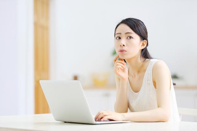 評判をパソコンで見る人