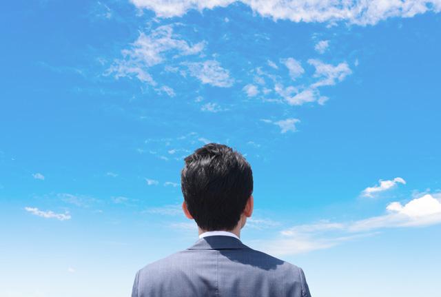 転職を目指して空を見上げる男性