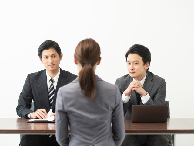 第二新卒の転職で面接する人