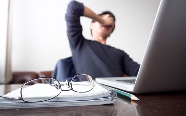 40代で介護の転職に悩む男性